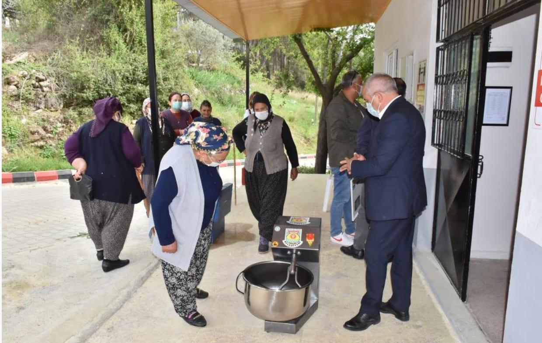 Tarsus Belediyesi, köylülere hamur makinası dağıtıyor